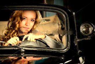 femeie tanara in masina