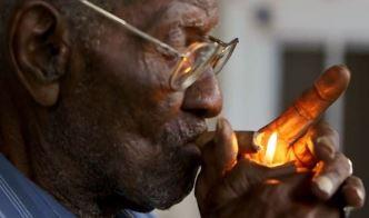 Un miracol: un batran de 111 ani a fumat toata viata trabucuri, a baut whisky si a mancat prajeli! Si traieste si astazi…