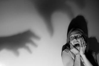 """Cum putem scapa de """"programele de frica"""" din copilarie"""