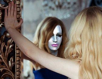 Un mister stiintific: iluzia chipului din oglinda. Ce lucruri ciudate se intampla atunci cand ne privim in oglinda pentru mai mult timp?