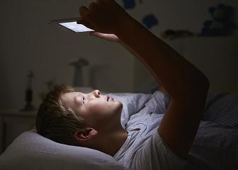 """Creierul copiilor este """"devastat"""" de lumina albastra produsa de electronicele cu """"touchscreen"""""""